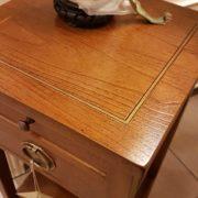 Tavolino in ciliegio con due cassetti e un ripiano.Particolare filetto sul piano Arredamento contemporaneo su misura Siena e Firenze