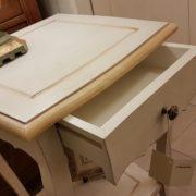 Tavolino laccato a mano in legno di pioppo quadrato con cassetto e ripiano. Particolare apertura cassetto. Arredamento contemporaneo su misura Siena e Firenze