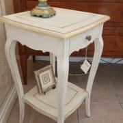 Tavolino laccato a mano in legno di pioppo quadrato con cassetto e ripiano.Particolare laterale. Arredamento contemporaneo su misura Siena e Firenze
