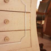 Tavolino in legno di pioppo laccato quadrato con cassetti. Particolare decoro frontale. Arredamento contemporaneo su misura Siena e Firenze.