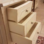 Tavolino in legno di pioppo laccato quadrato con cassetti.Particolare apertura cassetti. Arredamento contemporaneo su misura Siena e Frirenze