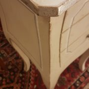 Tavolino in legno di pioppo laccato quadrato con cassetti.Particolare bordo foglia argento.Arredamento contemporaneo su misura Siena e Firenze