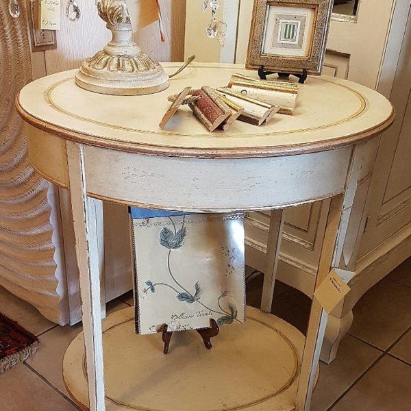 Tavolino ovale in legno di tiglio, pezzo unico, laccato a mano con ripiano sottostante e vano segreto. Arredamento contemporaneo su misura Siena e Firenze