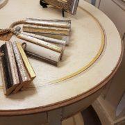 Tavolino ovale in legno di tiglio, pezzo unico, laccato a mano con ripiano sottostante e vano segreto. Il piano. Arredamento contemporaneo su misura Siena e Firenze