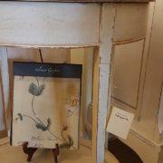 Tavolino ovale in legno di tiglio, pezzo unico, laccato a mano con ripiano sottostante e vano segreto. Particolare gamba.Arredamento contemporaneo su misura Siena e Firenze