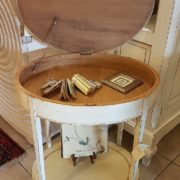 Tavolino ovale in legno di tiglio, pezzo unico, laccato a mano con ripiano sottostante e vano segreto. Vano segreto. Arredamento contemporaneo su misura Siena e Firenze