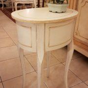 Tavolino ovale laccato a mano in legno di pioppo con due cassetti. Particolare dietro. Arredamento contemporaneo Siena e Firenze