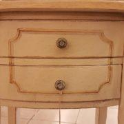 Tavolino ovale laccato a mano in legno di pioppo con due cassetti. Particolare frontale cassetti.Arredamento contemporaneo su misura Siena e Firenze.