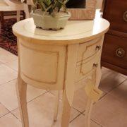 Tavolino ovale laccato a mano in legno di pioppo con due cassetti. Particolare laterale. Arredamento contemporaneo su misura Siena e Firenze