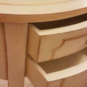 Tavolino ovale laccato a mano in legno di pioppo con due cassetti.Particolare apertura cassetti. Arredamento contemporaneo su misura Siena e Firenze.
