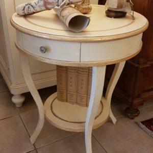 Tavolino rotondo in legno di pioppo a un cassetto con ripiano sottostante, laccato a mano con foglia oro. Arredamento contemporaneo su misura Siena e Firenze