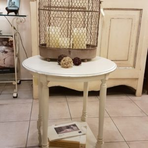 Tavolino rotondo in legno di tiglio con gambe tornite e ripiano quadrato, laccato a mano. Arredamento contemporaneo Siena e Firenze