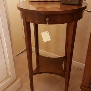 Tavolino rotondo lastronato in noce con un cassetto e ripiano sottostante sagomato a stella. Arredamento contemporaneo su misura Siena e Firenze