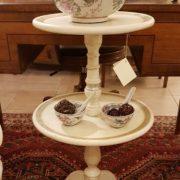 Tavolino servo muto a due ripiani circolari in legno di tiglio laccato a mano. I ripiani. Arredamento contemporaneo Siena e Firenze
