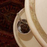 Tavolino servo muto a due ripiani circolari in legno di tiglio laccato a mano. La laccatura. Arredamento contemporaneo Siena e Firenze