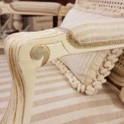 Coppia di poltrone Luigi XV laccate a mano. Particolare bracciolo imbottito. Arredamento contemporaneo Siena e Firenze.