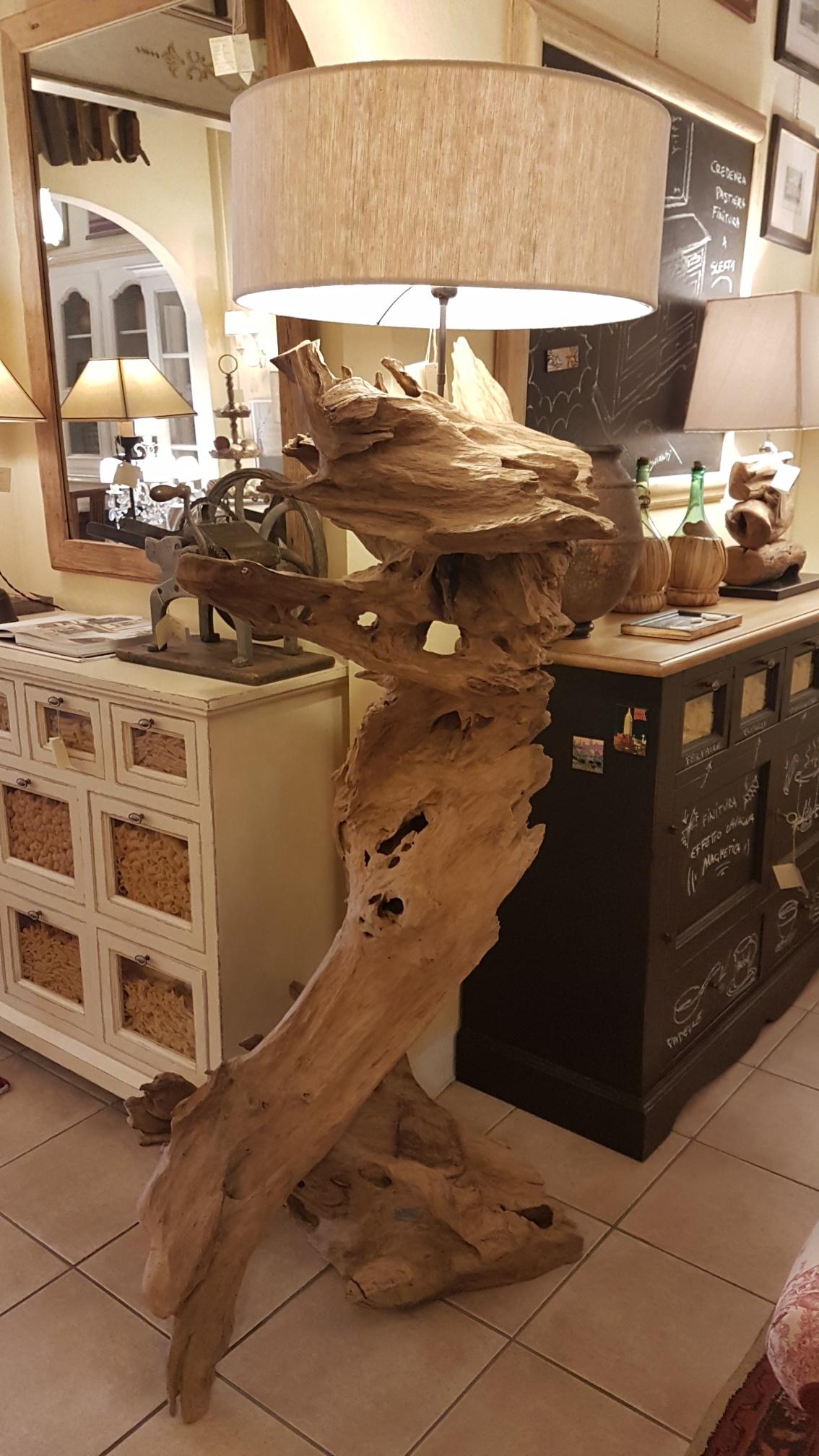 Lampada Root Nature Design in legno antico spazzolato con radici di mangrovie. Arredamento contemporaneo su misura Siena e Firenze
