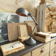 Lampada old industry in metallo e legno di rovere. Ambientazione. Arredamento contemporaneo su misura Siena e Firenze