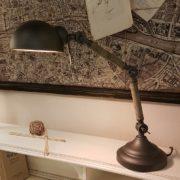 Lampada old industry in metallo e legno di rovere. Particolare. Arredamento contemporaneo su misura Siena e Firenze