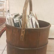 Porta riviste a cesto antico in legno di olmo rotondo. Particolare laterale manico. Mobili antichi Siena e Firenze