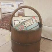 Porta riviste a cesto antico in legno di olmo rotondo.Particolare. Mobili antichi Siena e Firenze