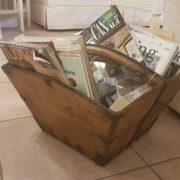 Portariviste a cesto antico in legno di olmo quadrato.Particolare. Mobili antichi Siena e Firenze