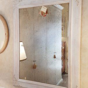 Specchieria laccata a mano rettangolare con intagli di nostra produzione. Arredamento contemporaneo su misura Siena e Firenze