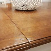 Tavolo ovale bicolore basamento laccato con piano in ciliegio naturale stile country chic allungabile. Particolare bordo.Arredamento contemporaneo su misura Siena e Firenze
