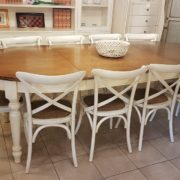 Tavolo ovale bicolore basamento laccato con piano in ciliegio naturale stile country chic allungabile.Frontale 2 allunghe.Arredamento contemporaneo su misura Siena e Firenze