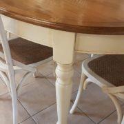 Tavolo ovale bicolore basamento laccato con piano in ciliegio naturale stile country chic allungabile.Gamba tornita.Arredamento contemporaneo su misura Siena e Firenze