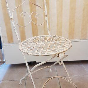 Sedia pieghevole in ferro laccata stile provenzale.Arredamento contemporaneo su misura Siena e Firenze