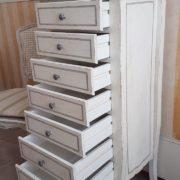 Cassettiera in legno di tiglio a 7 cassetti laccata a mano. Apertura cassetti. Arredamento contemporaneo su misura Siena e Firenze