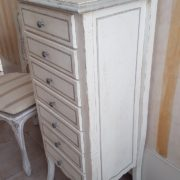 Cassettiera in legno di tiglio a 7 cassetti laccata a mano. Particolare fianco. Arredamento contemporaneo su misura Siena e Firenze