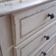 Cassettiera in legno di tiglio a 7 cassetti laccata a mano.Particolare filetto e cassetti. Arredamento contemporaneo su misura Siena e Firenze.