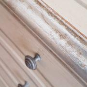 Cassettiera in legno di tiglio a 7 cassetti laccata a mano.Particolare filetto sul piano. Arredamento contemporaneo su misura Siena e Firenze.