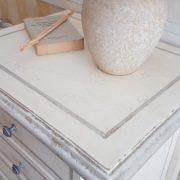 Cassettiera in legno di tiglio a 7 cassetti laccata a mano.Particolare piano. Arredamento contemporaneo su misura Siena e Firenze.