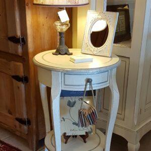 Tavolino rotondo in legno di ciliegio laccato a mano con ripiano e cassetto.Arredamento contemporaneo su misura Siena e Firenze