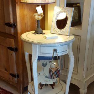 Tavolino rotondo in legno di tiglio laccato a mano con ripiano e cassetto.Arredamento contemporaneo su misura Siena e Firenze