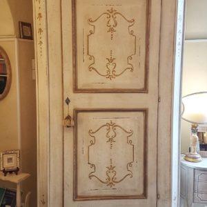 Armadio-scarpiera ad un'anta grande riquadrata e due laterali, in legno di pioppo laccato e decorato a mano. Arredamento contemporaneo Siena e Firenze
