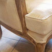 Coppia di poltrone Bergère in legno di rovere massello con imbottito in cotone color écru. Particolare della seduta. Arredamento classico contemporaneo Siena e Firenze