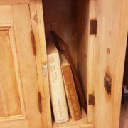 Libreria antica toscana in legno di abete metà Ottocento a doppio corpo con tre sportelli superiori e sette inferiori. Particolare. Mobili antichi Siena e Firenze