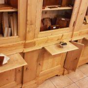 Libreria antica toscana in legno di abete metà Ottocento a doppio corpo con tre sportelli superiori e sette inferiori. Reggilibri. Mobili antichi Siena e Firenze