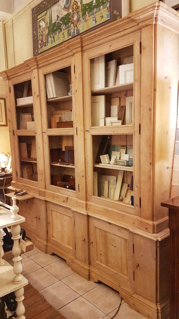 Libreria antica toscana in legno di abete metà Ottocento a doppio corpo con tre sportelli superiori e sette inferiori. Visione frontale. Mobili antichi Siena e Firenze