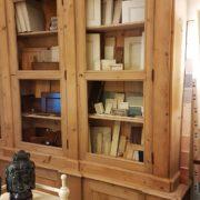 Libreria antica toscana in legno di abete metà Ottocento a doppio corpo con tre sportelli superiori e sette inferiori. Visione laterale. Mobili antichi Siena e Firenze