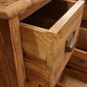Cassettiera in schedario legno di abete vecchio composta da 18 cassetti rettangolari. Particolare del cassetto. Arredamento classico contemporaneo Siena e Firenze