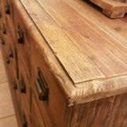Cassettiera schedario in legno di abete vecchio composta da 18 cassetti rettangolari. IL piano. Arredamento classico contemporaneo Siena e Firenze