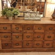 Cassettiera schedario in legno di abete vecchio composta da 18 cassetti rettangolari. La parte frontale. Arredamento classico contemporaneo Siena e Firenze