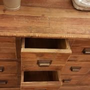 Cassettiera schedario in legno di abete vecchio composta da 18 cassetti rettangolari.I cassetti centrali. Arredamento classico contemporaneo Siena e Firenze