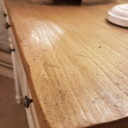 Consolle laccata a mano in legno di tiglio massello con piano piallato. Particolare piano. Arredamento classico contemporaneo Siena e Firenze