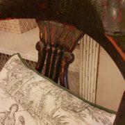 Coppia di poltrone pozzetto antiche coloniali, in legno di teak con finitura originale in verde inglese. Il cuscino. Mobili antichi Siena e Firenze